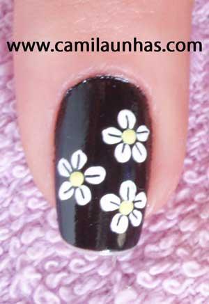 unha decorada com flor branca no preto