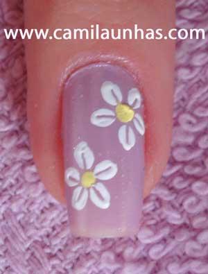 unha decorada com flor branca
