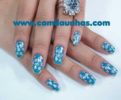 Unha decorada azul com flor
