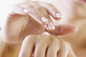 Proteção-solar-e-hidratação-ajudam-a-retardar-o-envelhecimento-das-mãos